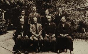 Comemoração do Estabelecimento dos Kata Básicos do Karatê-Do (1937) (Frente, a partir da direita) Chojun Miyagi, Chomo Hanashiro, Kentsu Yabu, Chotoku Kyan(Atrás, a partir da direita) Genwa Nakasone, Choshin Chibana, Choryo Maeshiro, Shinpan Shiroma.