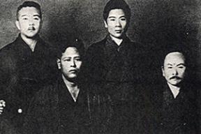 (Da Frente e da direita) Gichin Funakoshi, Chojun Miyagi (de trás, da direita) Saito, Yasuhiro Konishi (1932)