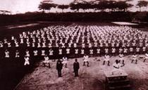 Treinamento do grupo Junior da 2a. Escola de nível médio da Prefeitura de Okinawa, 1937 (Instrutor: Juhatsu Kyoda)