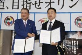 Sasagawa (JKF)  e Matsui (IKO SOSAI), firmando acordo.