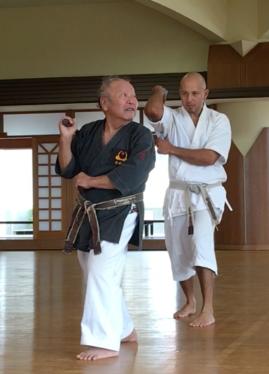 Yogi sensei ensinando uma das posturas do kata com Nuchaku